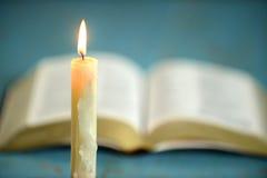 Vela com a Bíblia aberta no fundo fotos de stock royalty free