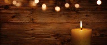 Vela com parede e bokeh de madeira Foto de Stock