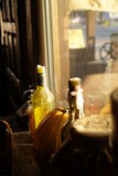 Vela da garrafa e uma abóbora pela janela da rua Foto de Stock Royalty Free