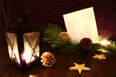 A vela da lanterna elétrica com Livro Branco, a estrela e o pinho ramificam Fotos de Stock