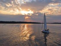 Vela da noite pelo lago imagens de stock royalty free