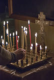 Vela da oração da iluminação da mulher imagens de stock