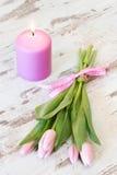 Vela da Páscoa com tulipas Fotografia de Stock