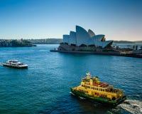 Vela das balsas de passageiro após Sidney Opera House Imagem de Stock Royalty Free
