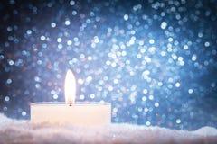 Vela de Chistmas que brilla intensamente en fondo del brillo foto de archivo libre de regalías