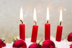 Vela de cuatro rojos con el advenimiento de la bola de la Navidad - tiempo de los chrismas Foto de archivo libre de regalías