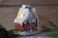 Vela de la casa del invierno y ramas de árbol de navidad Fotos de archivo