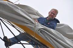 Vela de la configuración del marinero Foto de archivo