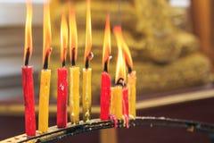Vela de la iluminación de los rezos en el templo Imágenes de archivo libres de regalías
