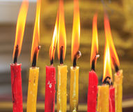 Vela de la iluminación de los rezos en el templo Fotografía de archivo libre de regalías