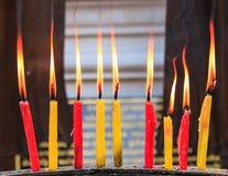 Vela de la iluminación de los rezos en el templo Fotos de archivo libres de regalías