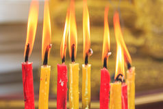 Vela de la iluminación de los rezos en el templo Imagen de archivo libre de regalías