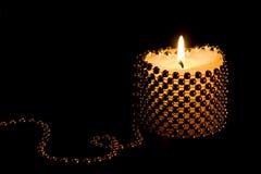 Vela de la luz de una vela imagen de archivo