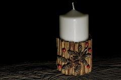 Vela de la Navidad blanca con el decoraton en la madera del vintage Imagen de archivo libre de regalías
