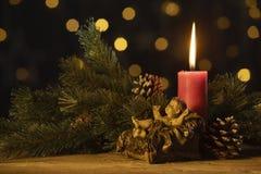 Vela de la Navidad con la figurilla del bebé Jesús foto de archivo