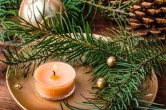 Vela de la Navidad con las agujas del pino fotos de archivo libres de regalías