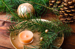 Vela de la Navidad con las agujas del pino foto de archivo libre de regalías