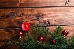 Vela de la Navidad con las agujas del pino imagen de archivo libre de regalías