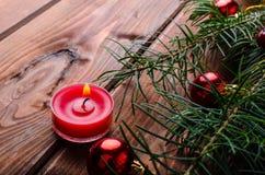 Vela de la Navidad con las agujas del pino fotografía de archivo