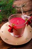 Vela de la Navidad con las agujas del pino imagenes de archivo