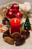 Vela de la Navidad con las bolas de la Navidad Imágenes de archivo libres de regalías