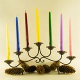 Vela de la Navidad con los conos del pino Foto de archivo libre de regalías
