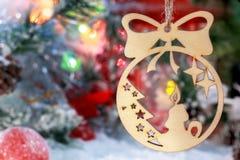 Vela de la Navidad en el fondo de los juguetes de la Navidad, de las bolas y de las decoraciones del Año Nuevo Foto de archivo