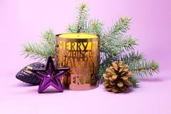 Vela de la Navidad en un fondo púrpura Fotografía de archivo