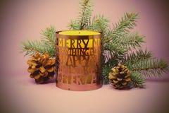 Vela de la Navidad en un fondo púrpura Imagenes de archivo