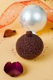 Vela de la Navidad y fondo del oropel Imagenes de archivo