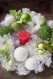 Vela de la Navidad y guirnalda festiva Imagen de archivo libre de regalías