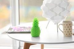 Vela de la piña y taza de café elegantes Fotografía de archivo libre de regalías