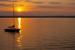 Vela de la puesta del sol Imagenes de archivo
