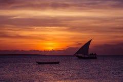 Vela de la puesta del sol cerca de la isla de Zanzíbar Imagenes de archivo