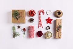 Vela de las ramas de la picea de la bola de los conos del pino de la caja de regalo de la composición de la decoración de la Navi Foto de archivo libre de regalías
