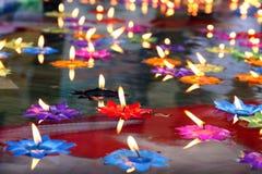 Vela de Lotus, lámpara, linterna, luz, velas flotantes ser loto de la flor quemado en el flotador superficial en el agua con cree fotografía de archivo