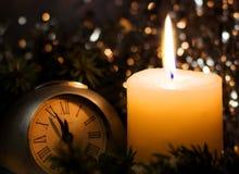 Vela de nivelamento festiva Ramos do abeto da árvore de Natal cobertos com a neve Imagens de Stock