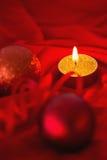 Vela de oro de la luz del té con las decoraciones de la Navidad Imágenes de archivo libres de regalías