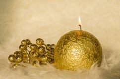 Vela de oro en tono de oro con los adornos Fotos de archivo libres de regalías