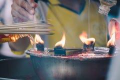 Vela de queimadura da vara de Joss e da palma de óleo no santuário chinês para o valor máximo de concentração no trabalho Imagem de Stock Royalty Free