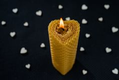 Vela de queimadura na forma do coração em um fundo escuro com corações brancos fotos de stock