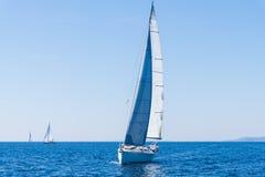 Vela de um barco de navigação Iate da navigação na água Imagens de Stock Royalty Free