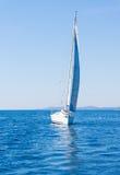 Vela de um barco de navigação Iate da navigação na água Foto de Stock Royalty Free
