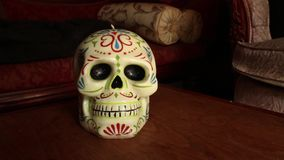 Vela decorativa del cráneo mexicano - cámara Dolly Into Skull