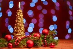 Vela del árbol de navidad del oro con las bolas Imagen de archivo libre de regalías