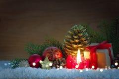 Vela del advenimiento y decoración de la Navidad Foto de archivo