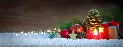 Vela del advenimiento y decoración de la Navidad Foto de archivo libre de regalías