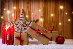 Vela del advenimiento y estrella de la Navidad Foto de archivo libre de regalías
