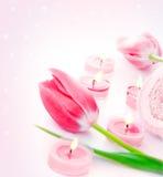 Vela del balneario con las flores rosadas del tulipán Fotografía de archivo