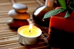 Vela del balneario, piedras del masaje y petróleos Foto de archivo libre de regalías